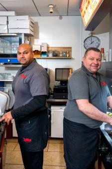 Danny en Batjo al 25 jaar de gezichten van broodje TipTop op de Korenmarkt. 'Tussen het bakken door lolletjes maken'