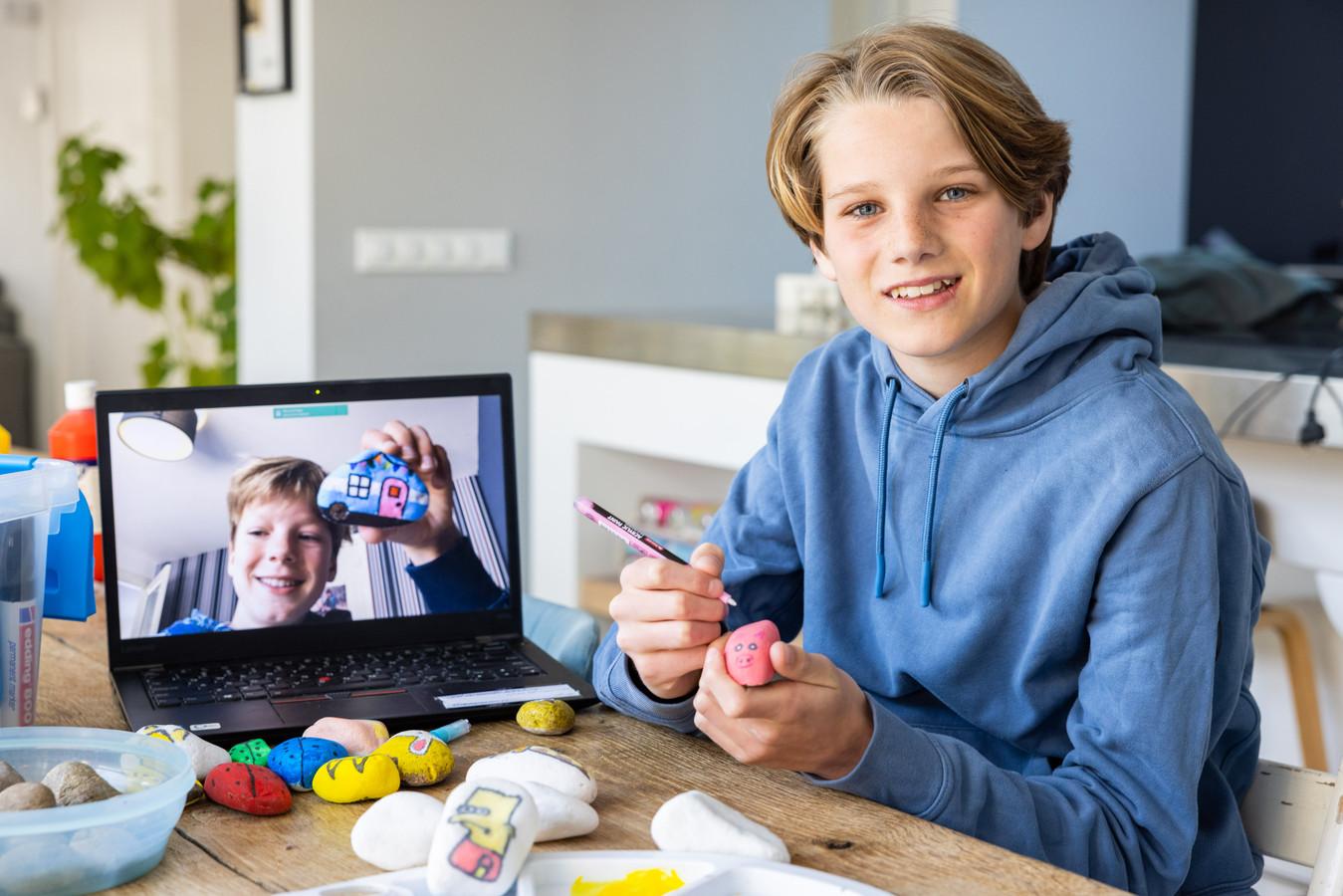 Giel (rechts) en Nout (op scherm, links) beschilderen en verstoppen zwerfkeien en ze hebben er een TikTok video-account over.