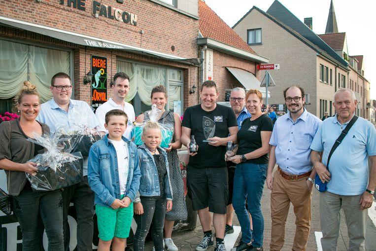 Daniël Brijs en Sandra Cloostermans (centraal in zwarte t-shirt) van brouwerij Brixius, met de winnaars van de biermanden van het bierfestival van Temse-Velle.