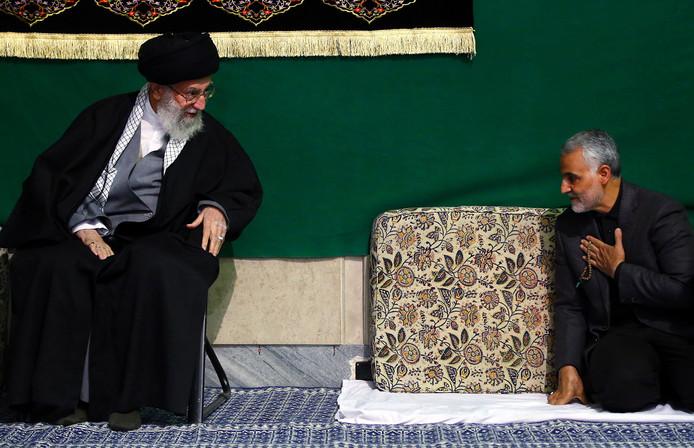 De hoogste leider van Iran, ayatollah Ali Khamenei, groet generaal Soleimani in 2015.