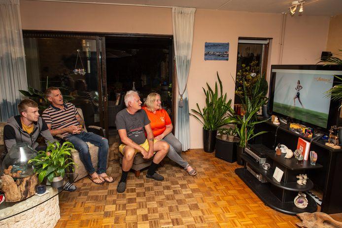 Vader George, moeder Moniek (rechts), zoon Gordon en hun vriend Guido Tap (midden) voor de televisie.
