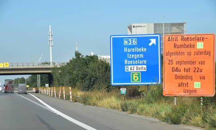 De werken van komende zaterdag staan duidelijk aangekondigd aan de afrit op de E403 in Rumbeke-Izegem.