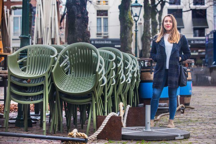 Studente Rebecca Plas op het Plein in Den Haag waar ze met vrienden van haar studievereniging vaak kwam, maar waar nu alle horeca gesloten is.