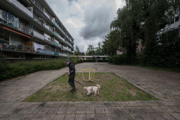 Op dit moment telt het plein aan de Rooseveltweg in Wageningen nog maar één speeltoestel