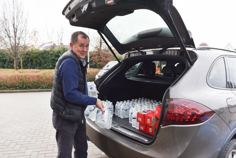 Handelaar Jacques brengt water en koffie voor de geëvacueerden.