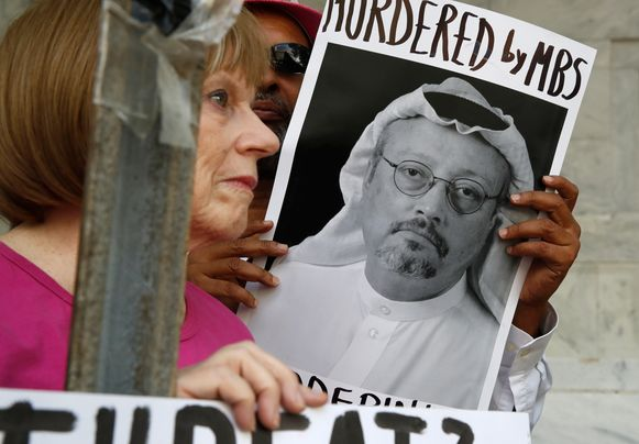 Actievoerders aan het Saudische consulaat in Washington tonen een foto van de vermoorde journalist Jamal Khashoggi.