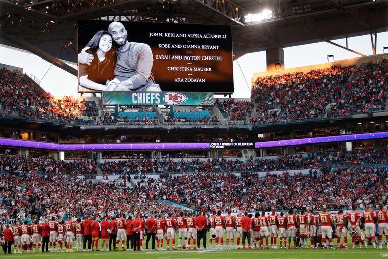 Tijdens de Super Bowl brengen spelers en publiek een eresaluut aan Kobe Bryant en zijn dochter Gianna. Beeld AP