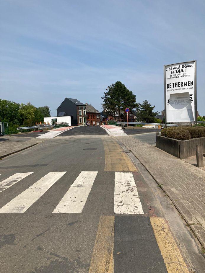 Eerste auto rijdt over de spoorwegbrug in Nieuwerkerken.