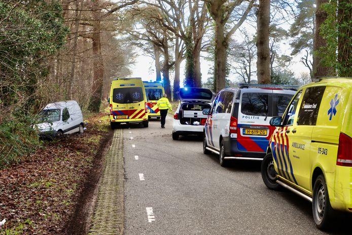 Door een slip schepte een automobilist twee voetgangers. Links staat zijn voertuig.