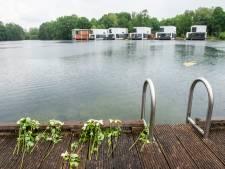 Tieners leggen witte rozen bij kolk in Deventer voor hun verdronken vriendje