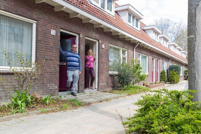 Nelly Jansen en Laurens Peters uit de Bakkerstraat in Eindhoven. De buurt mag kiezen tussen sloop en nieuwbouw of renovatie van de 119 woningen van Wooninc.