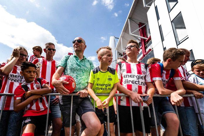 Fans wachten op de aankomst van de spelers tijdens de jaarlijkse PSV Fandag bij het Philips Stadion in Eindhoven.