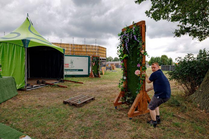 Vrijwilligers zijn druk met het opbouwen van het decor voor het festivalweekeind in Kaatsheuvel.  Naast een Tea Garden komt er ook een Beer Garden.