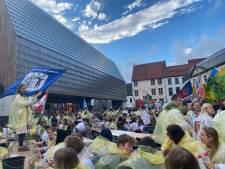 Zwaaiende vlaggen, emmers vol bier en luid gezang: studentenverenigingen UGent komen na twee jaar weer samen onder stadshal