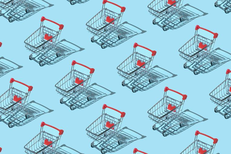 Pattern made of shopping trolley on blue background. Shopping and sale concept. Flat lay, top view Beeld Getty Images