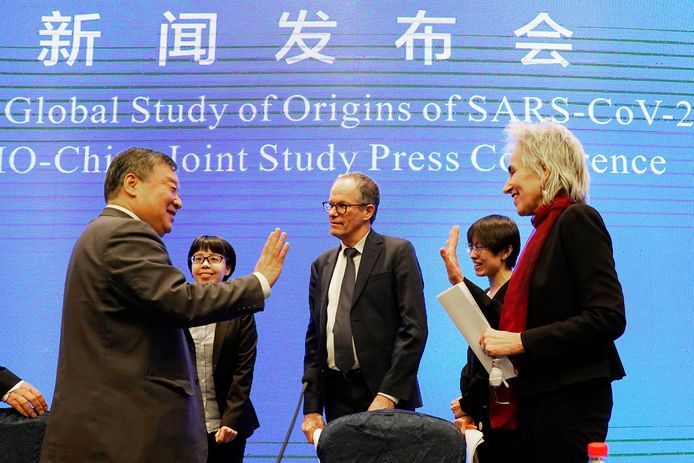 Marion Koopmans (rechts) en Peter Ben Embarek (midden) in februari bij de persconferentie na afloop van de onderzoeksmissie van de Wereldgezondheidsorganisatie (WHO) in Wuhan.