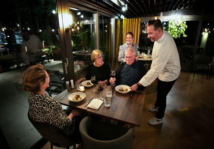 Gert-Jan en Eugénie Toonders bedienen hun gasten in Warande.