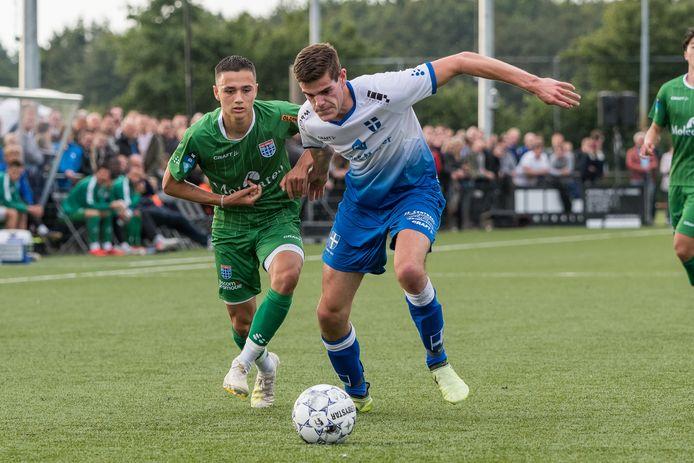 Eliano Reijnders (l) kon maandag met zijn treffer een grote oefennederlaag voor Jong PEC Zwolle tegen tweededivisionist HHC Hardenberg niet voorkomen: 2-5.