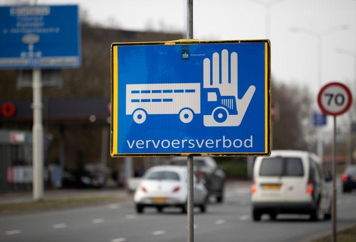 Archiefbeeld van een vervoersverbodsbord ten aanzien va vogelgriep.