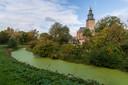 De Walburgiskerk torent achter de gracht en de Bleek boven de historische stadsmuur van Zutphen uit.