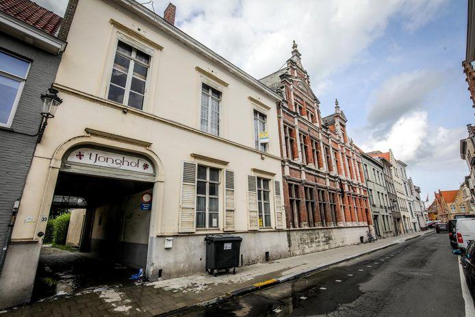 't Jonghof, met geschiedenis tot in de 14de eeuw, bevindt zich in de Sint-Jorisstraat.