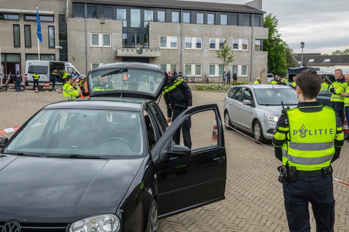Op het Kerkplein werd de ene na de andere auto gecontroleerd.