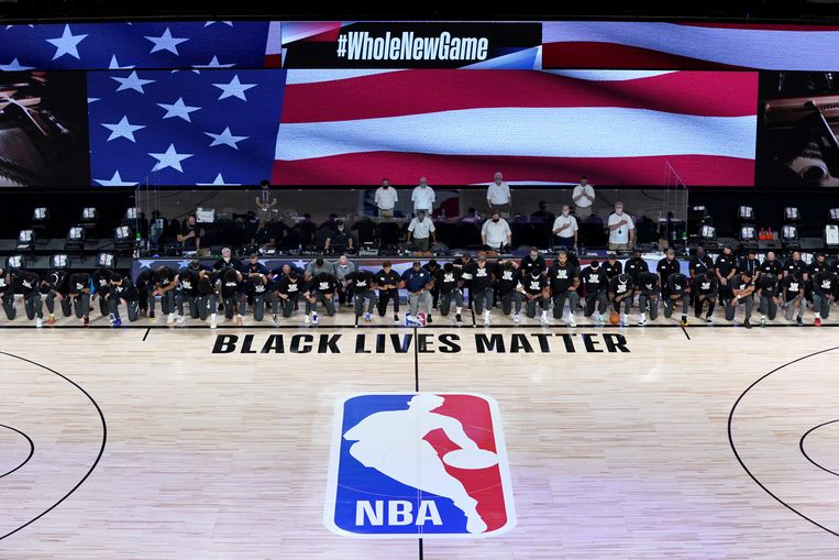 Juli 2020. Tijdens het spelen van het volkslied voorafgaand aan een basketbalwedstrijd in de VS betuigen spelers en officials hun steun aan de BLM-beweging.  Beeld USA TODAY Sports