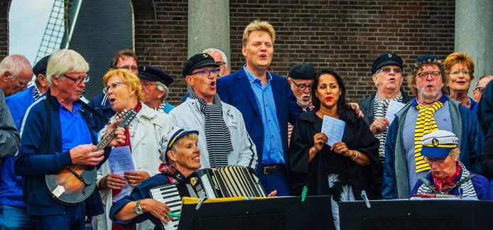 Burgemeester Jan Hamming en zijn vrouw Roya zingen mee met zeemanskoor Deining, afgelopen weekend op de Vismarkt in de vesting Heusden.