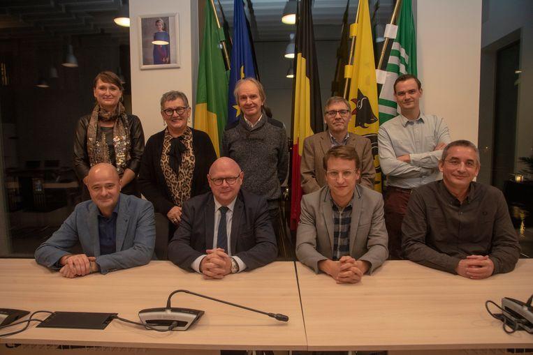 Het nieuwe schepencollege met zittend Dietbrand Van Durme, Burgemeester Alain Pardaen, Robbe De Wilde, Jan Tondeleir (scheoen in 2022). Leentje Grillaert, Lieve De Gelder, Piet Van Heddeghem, Herman Strobbe en Bram De Winne (2022).