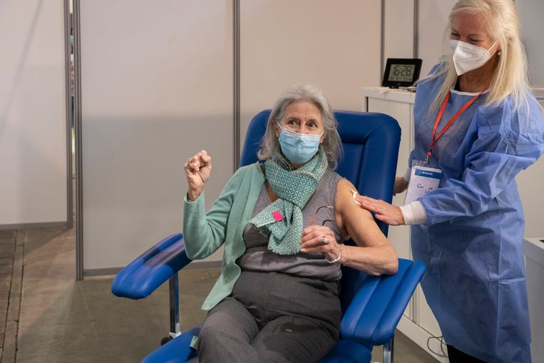 Een vrouw in Brussel na vaccinatie met het AstraZeneca-vaccin. Beeld BELGA