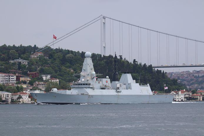 """Le destroyer """"HMS Defender"""" de la Royal Navy aperçu à Istanbul le 14 juin, en route vers la mer Noire"""