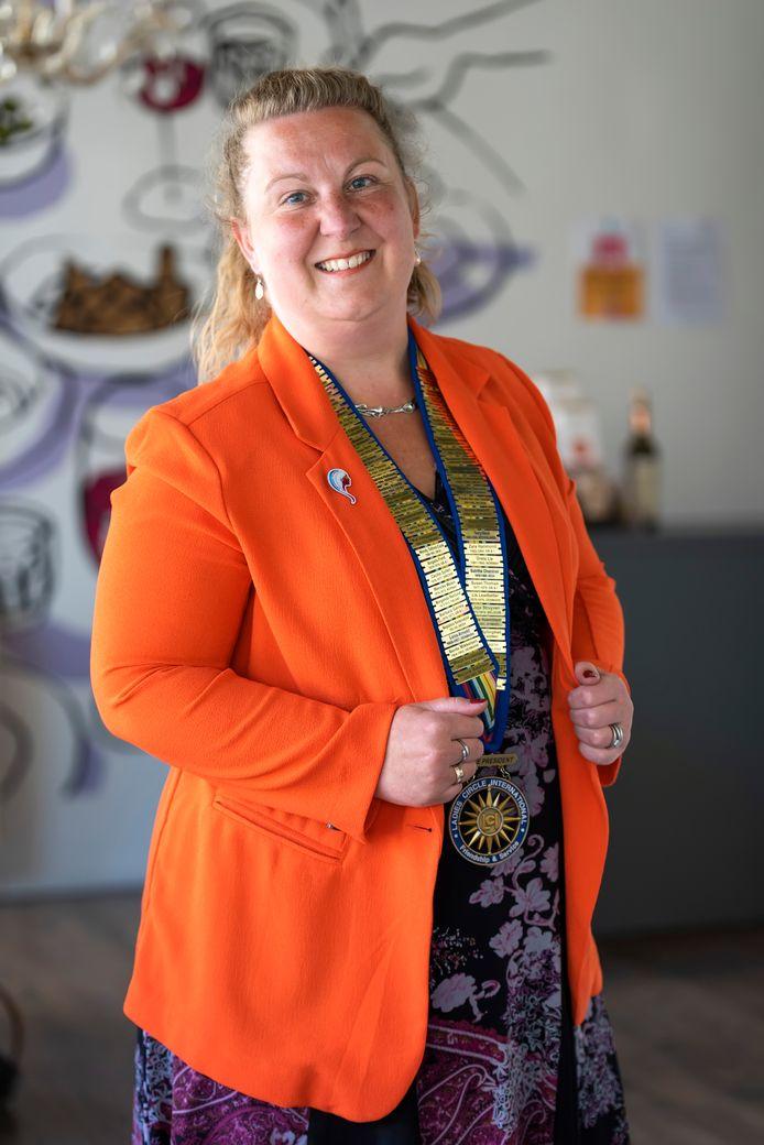 Femke van Raam is voorzitter van Ladies' Circle International. Hier op de foto met haar voorzittersketting, waarop de namen van haar voorgangers staan.