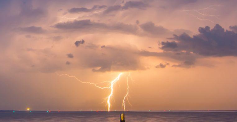 2013-08-05 22:06:47 ROCKANJE - Lichtflitsen boven de zee voor de kust bij Rockanje. Stevige onweersbuien zorgden op verschillende plaatsen in het land voor overlast. ANP FREEK VAN DEN DRIESSCHEN Beeld ANP