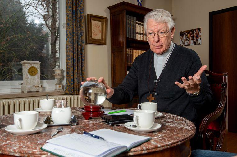 Bisschop Van Looy tijdens het interview, met zijn glazen bol. Hij ziet zijn toekomst in het Gentse, mogelijks als priester.