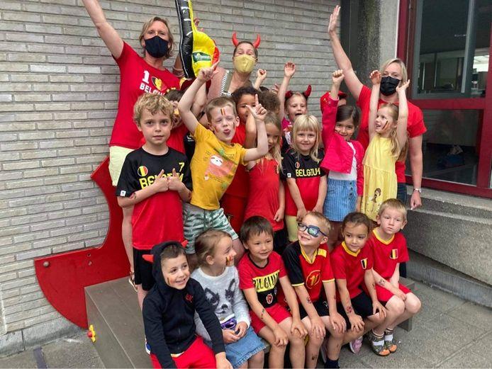 De leerlingen van basisschool Erasmus in hun Rode Duivels-outfit.