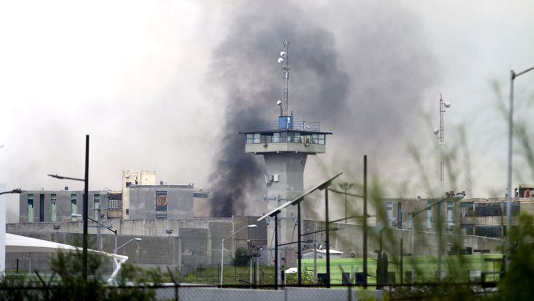 Rook stijgt op uit de gevangenis van Cadereyta. Beeld afp