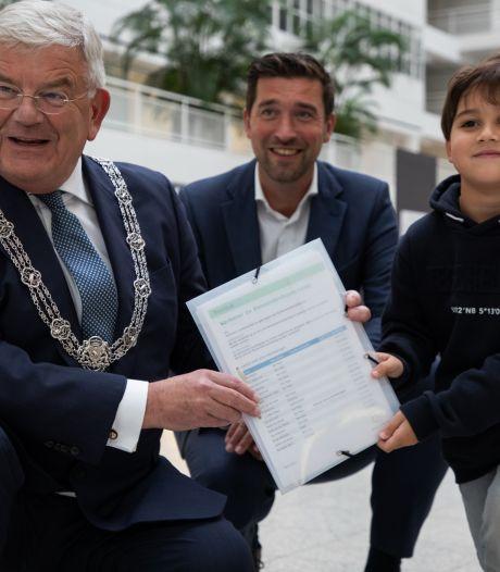 Burgemeester Van Zanen ontvangt petitie van Ziggy voor veiligere Benoordenhoutseweg