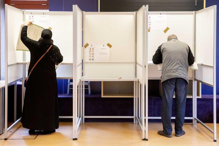 Kiezers brengen in een stembureau in de Utrechtse wijk Kanaleneiland hun stem uit bij de provincialestatenverkiezingen in maart. Beeld ANP