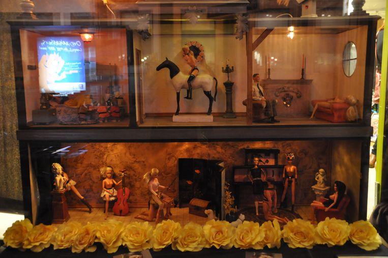 Kusntenaar Peter Audenaert maakt erotische schouwspelen met poppen uit de Kringwinkel.