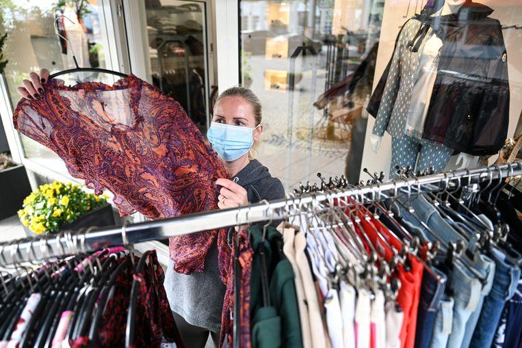 Een kledingwinkel in Baden-Wuerttemberg, Friedrichshafen. Door de pandemie loopt de schade aan de Duitse economie op. Beeld Felix Kästle/dpa
