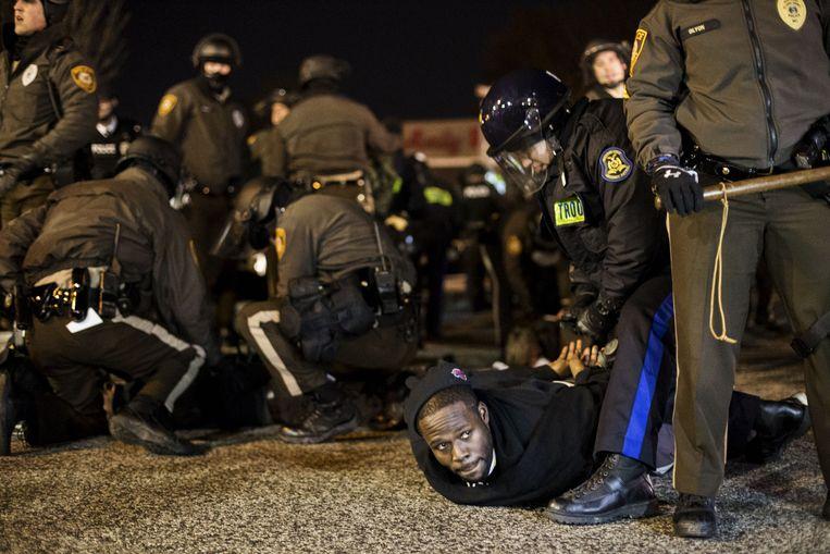 Een zwarte man wordt gearresteerd tijdens rellen in Ferguson. Een beeld dat ook al te vaak voorkwam zonder dat er sprake was van rellen. Beeld BELGAIMAGE