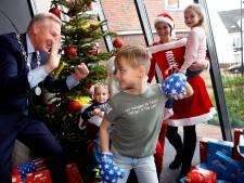 Kerstman gul voor 180 kinderen van de Hellevoetse voedselbank