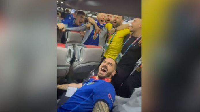 Met veel passie zongen Bonucci en co het volkslied op de spelersbus.