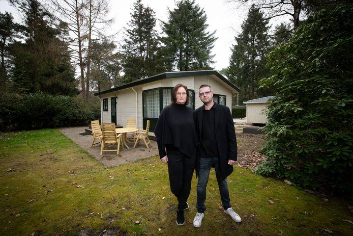 Esther van der Graaf met haar vriend Edwin Deuring, bij het chalet dat ze voor veel minder verkopen dan hij volgens hen waard is.