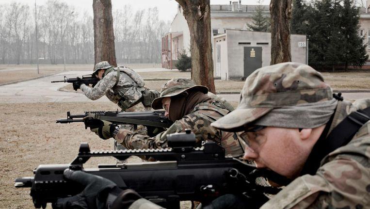 Een Poolse militie van vrijwilligers traint (met nepwapens) in de omgeving van Warschau Beeld HH