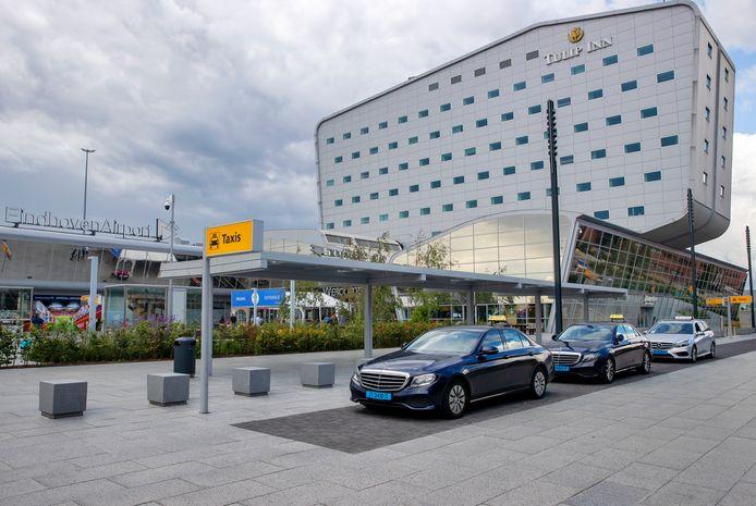 De taxistandplaats bij Eindhoven Airport.