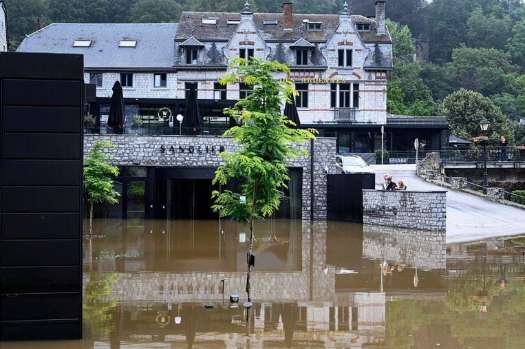 Aan het vijfsterrenhotel Sanglier was het water gistermiddag nog niet weggetrokken. Het deel dat wellicht volgende week opent, ligt in het hogere gedeelte achteraan op de foto.  Beeld Photo News
