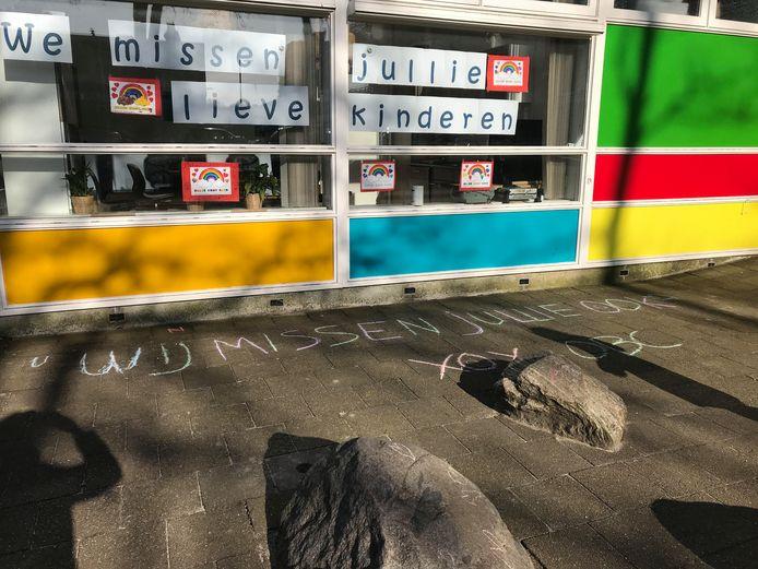 De juffen en meesters van de Rotterdamse basisschool De Schakel missen de kinderen, de kinderen de juffen en meesters.
