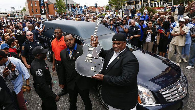 Tony Coleman, de drummer van B.B. King, houdt diens gitaar 'Lucille' vast. Beeld EPA