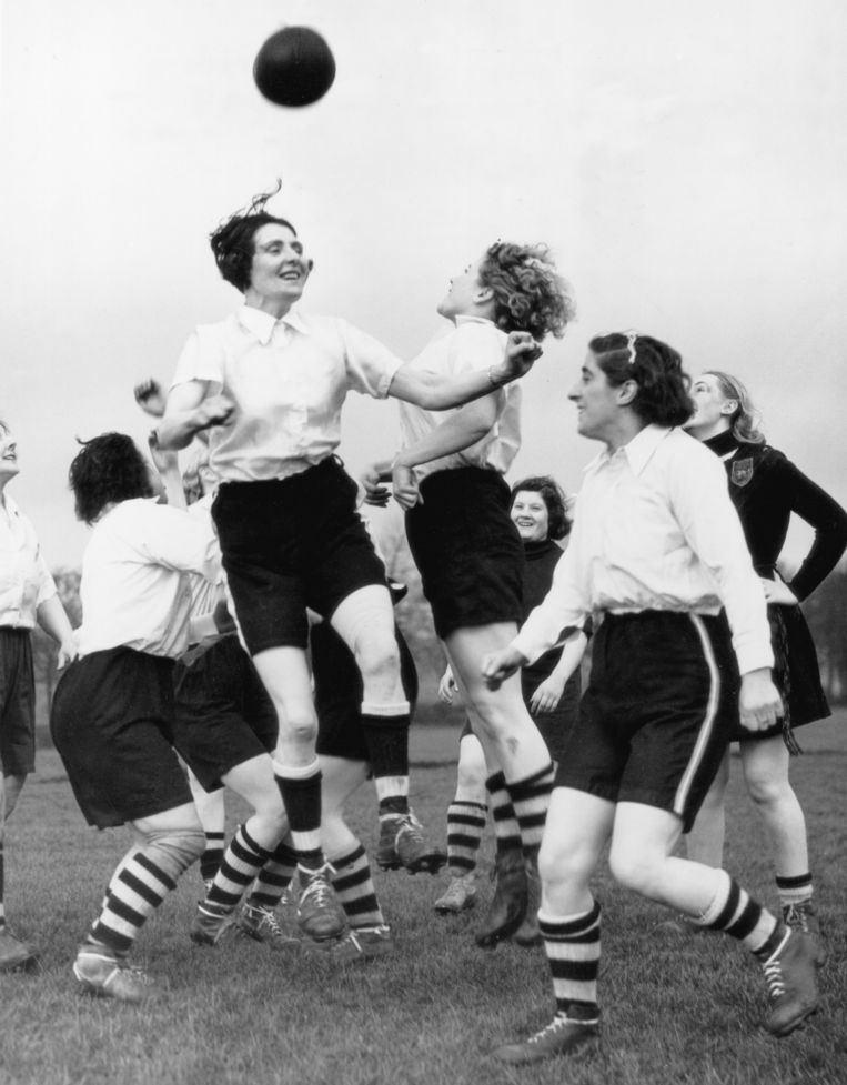 Lily Parr (het dichtst bij de bal) en de andere Preston Ladies trainen voor een wedstrijd tegen een niet nader genoemd Belgisch vrouwenteam. Beeld Getty Images